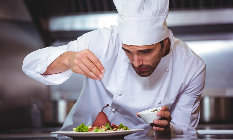 Pekerjaan Chef menata makanan untuk menghasilkan barang